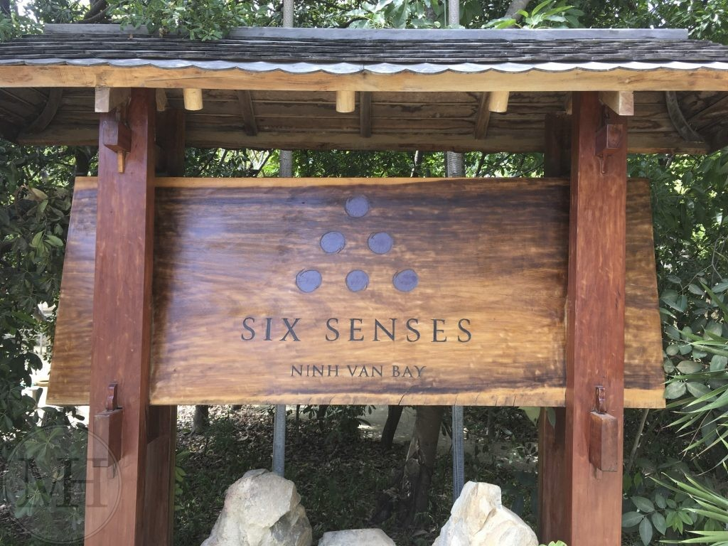 Six Senses skilt sign