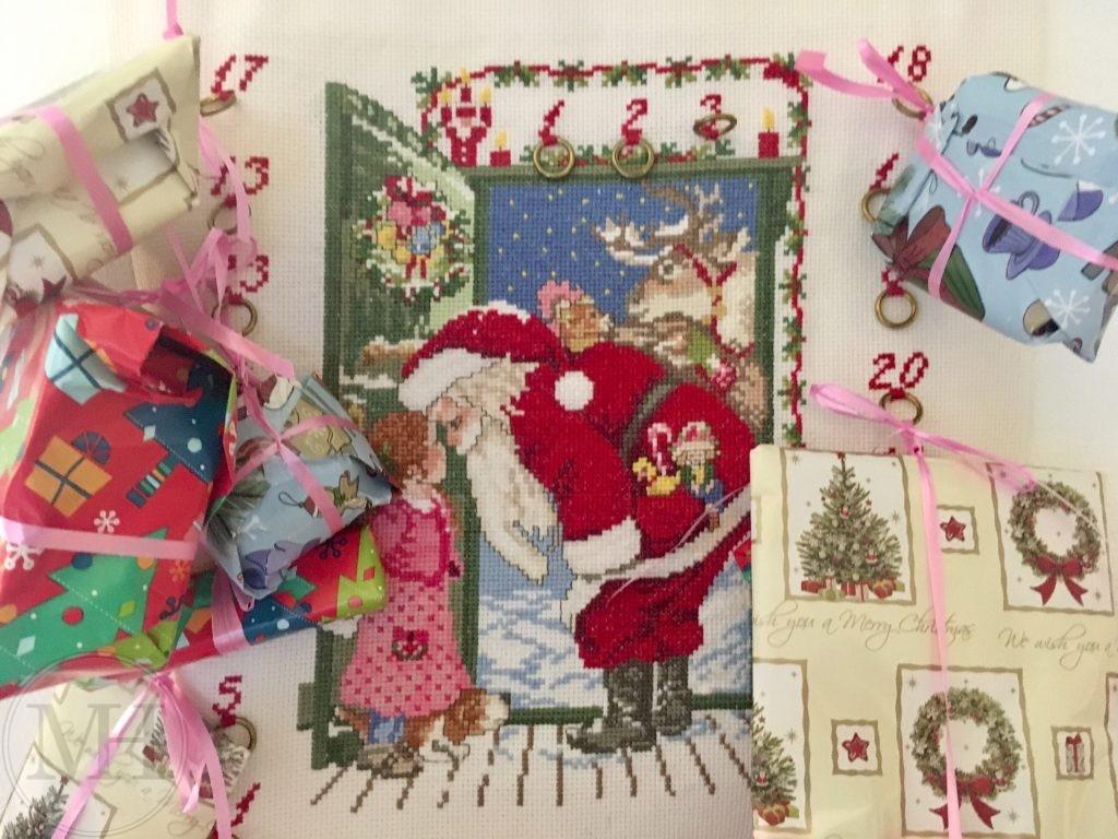 Broderet julekalender med julemand og gaver