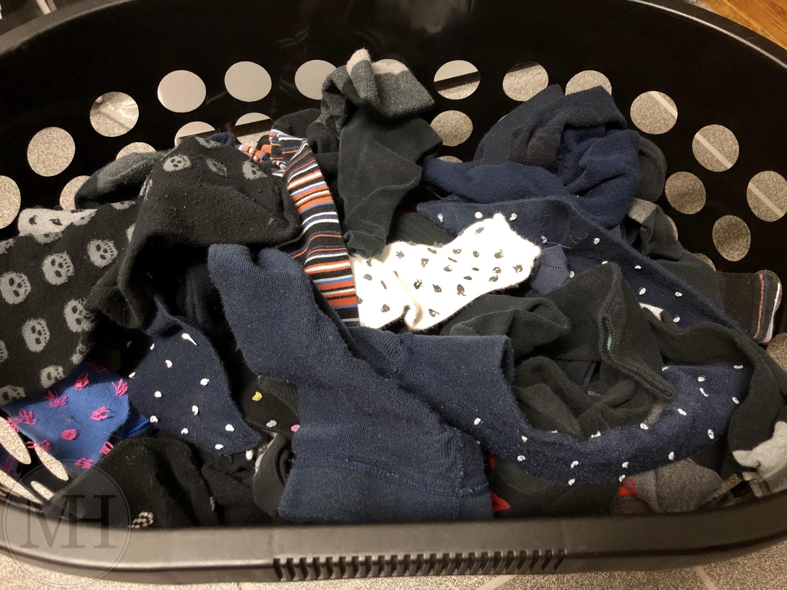 strømper i vasketøjskurv